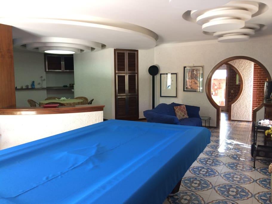Salone con tavolo da biliardo e zona giochi / zona pranzo/ sala da ballo.