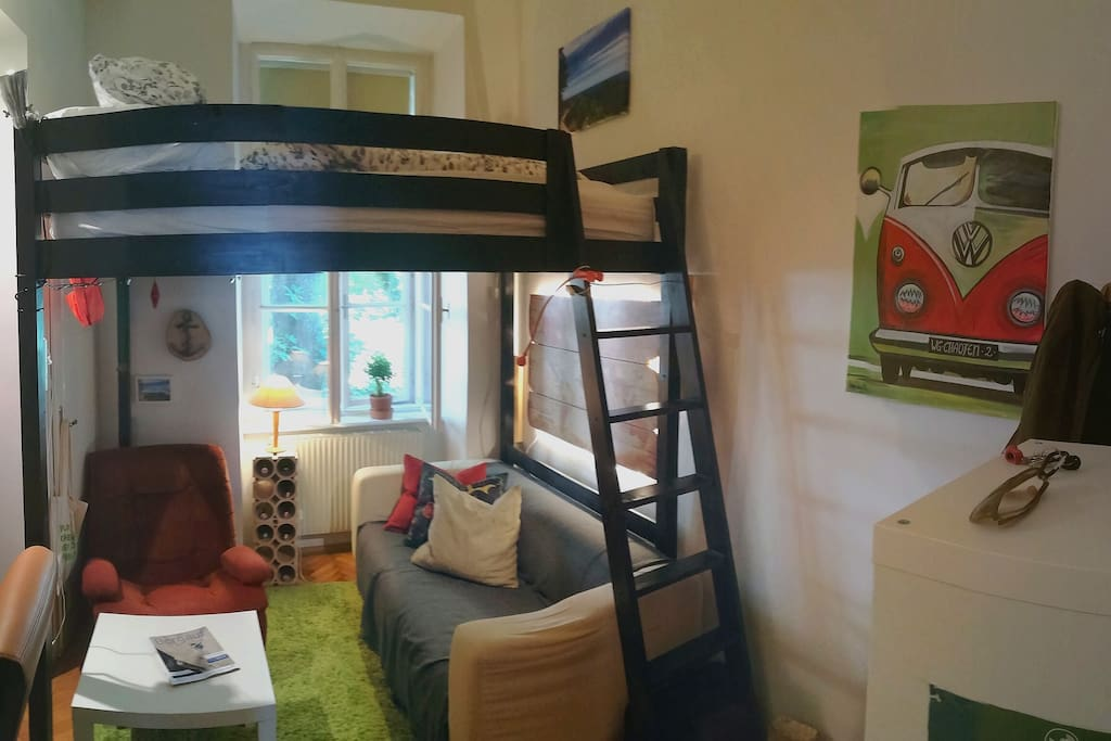 Gemütliches Zimmer mit Hochbett/cozy room with higher sleeper
