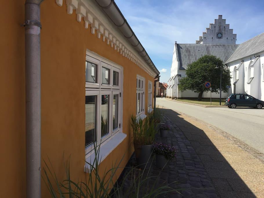 Huset fra strandgade med den smukke kirke i baggrunden