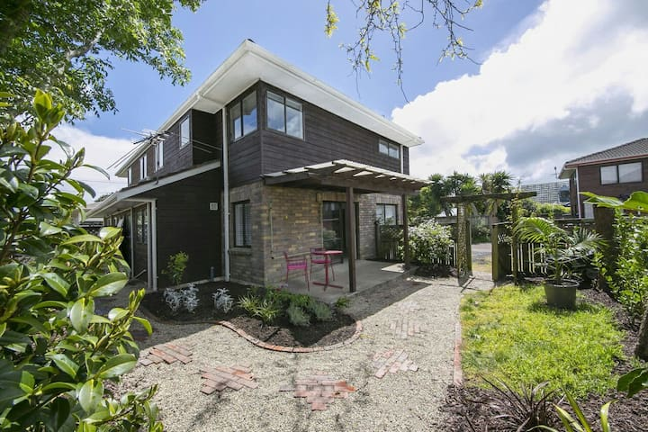 Central Auckland, modern, cosy town house