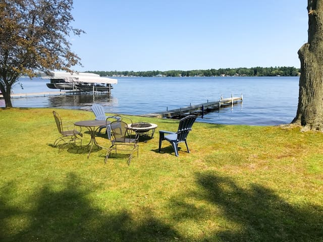 Wixom Lake cottage, quiet with great lake frontage