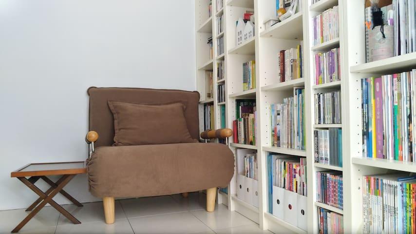 書房有臥舖及單人沙發床