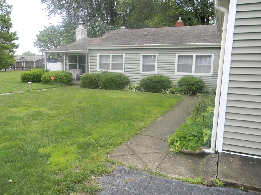 Cozy Cottage located 14 miles south of Downtown Indianapolis. Additional walkway to the house.