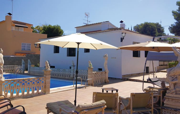 Holiday cottage with 4 bedrooms on 110 m² in Roda de Berà