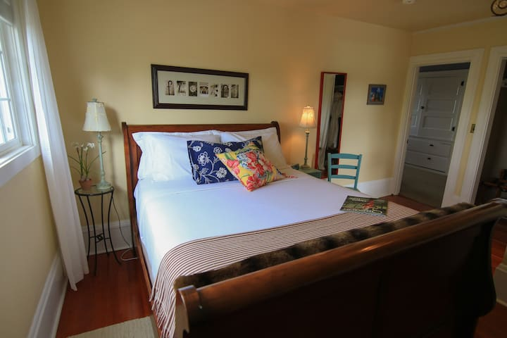 Dundee Hills Room - The Carlton Inn Bed and Breakfast