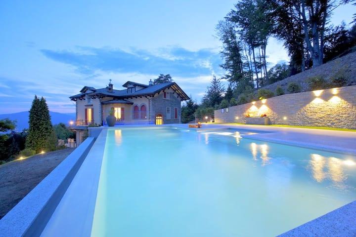 Lussuosa villa nella regione dei laghi italiani con piscina