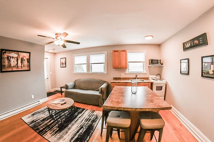 Sunny, cozy, convenient, place in ideal location!