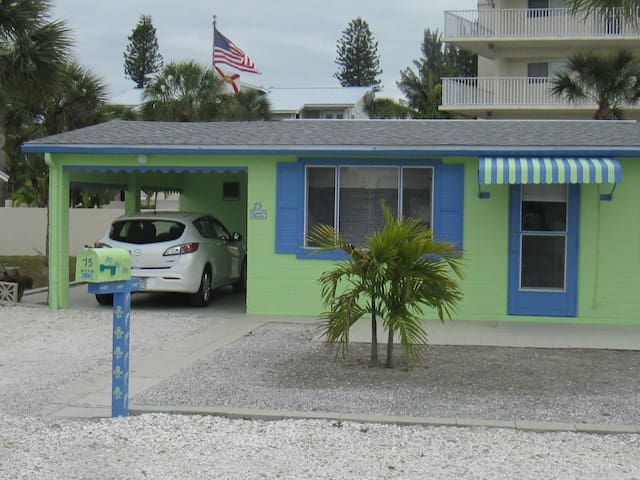 Clean & Comfy Beach Cottage super-close to Gulf!
