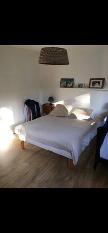 Chambre 1 au rdc (1 lit double et 1 lit parapluie pour bebe)