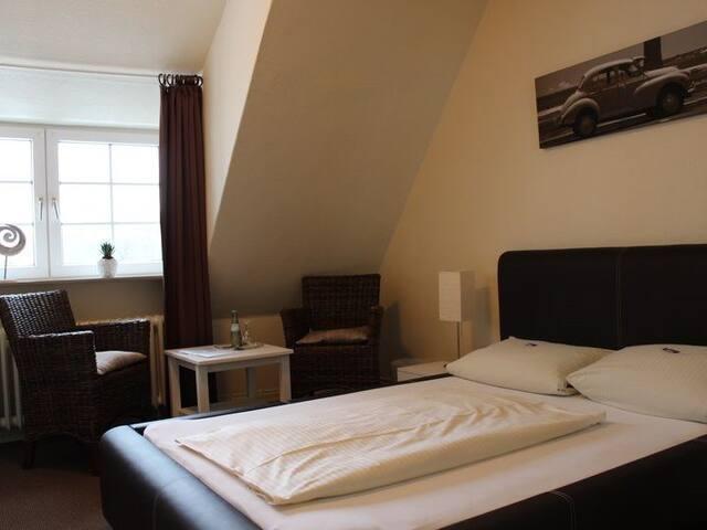 Einzelzimmer mit Bett 140x200