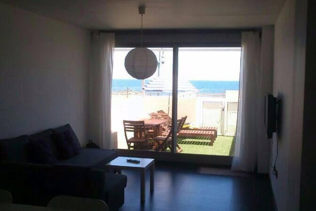 Precioso y nuevo apartamento en primera línea de playa. Con acceso desde el salón a piscina y playa