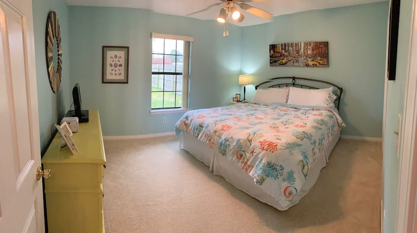 2 Cozy Bedrooms -moments from the Beach!