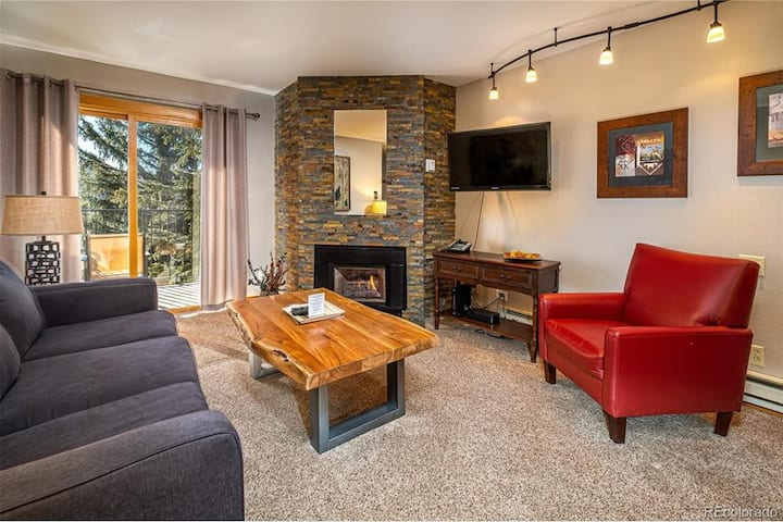 LUXURY SKI-IN/OUT CONDO! FREE SHUTTLE/HOT TUB OPEN