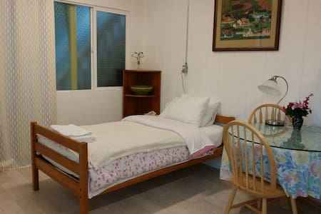 Room E Single Bed in the conner of - 西雅图