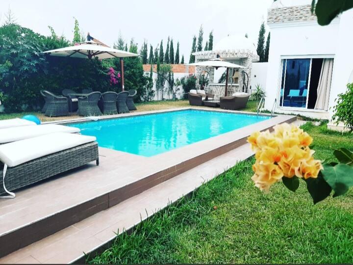Une belle villa s+4 avec piscine à Hammamet
