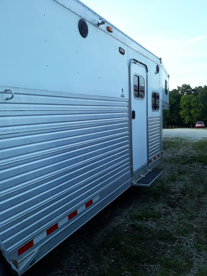 Clean, comfy camper on ranch.  15m to Bloomington