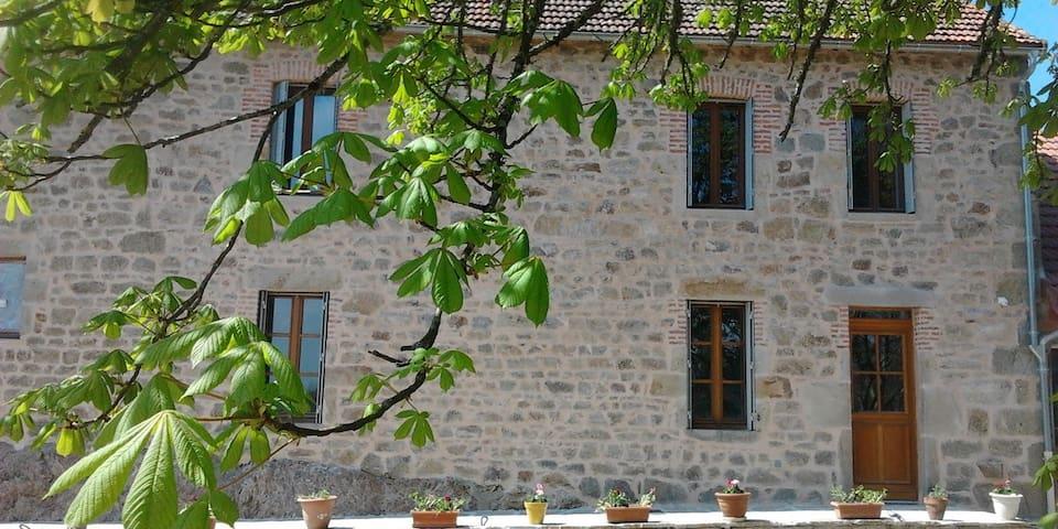 Chambre privée dans gîte proche Vulcania - Charensat - Haus