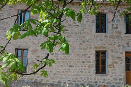 Chambre privée dans gîte proche Vulcania - Charensat - บ้าน