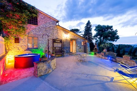 Il Granaio, villa with jacuzzi and pool