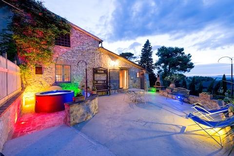 Il Granaio, villa with jacuzzi and pool