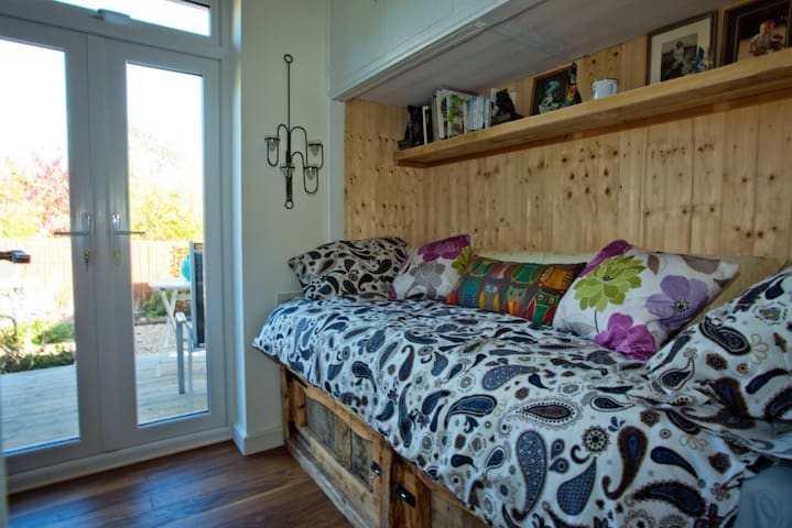 Lovely single room with private deck