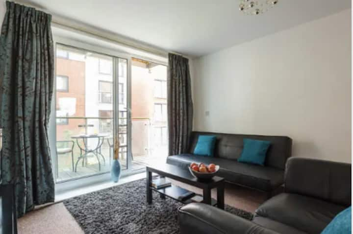 Central Apartment With Parking - Clean & Private