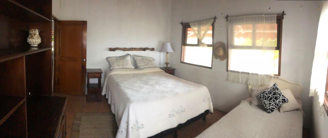 habitación para tres personas con una cama Quin y una imperial
