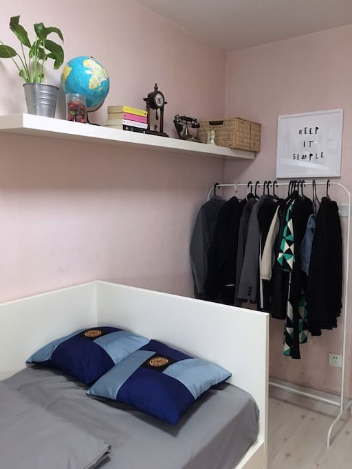 Private living room - recommended for 1 person, 2 people max. (there's a drawer-type bed underneath) 北京CBD核心区单人间(最多容纳两人-床下另有一抽屉式小床)