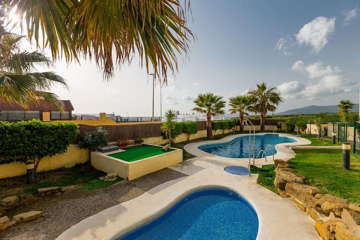 Magnifico apartamento con patio y piscina