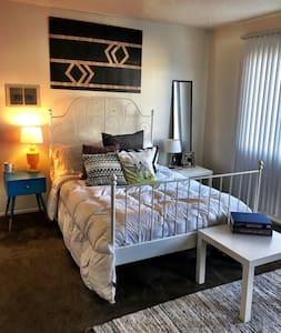 Cozy 1 bedroom + loft in the heart of Costa Mesa - Costa Mesa - Vindsvåning