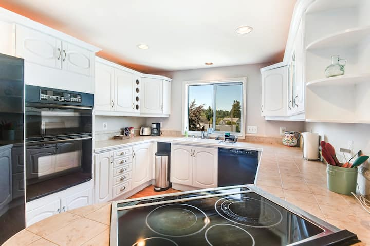 2BR Green Lake View Penthouse & Rooftop Deck