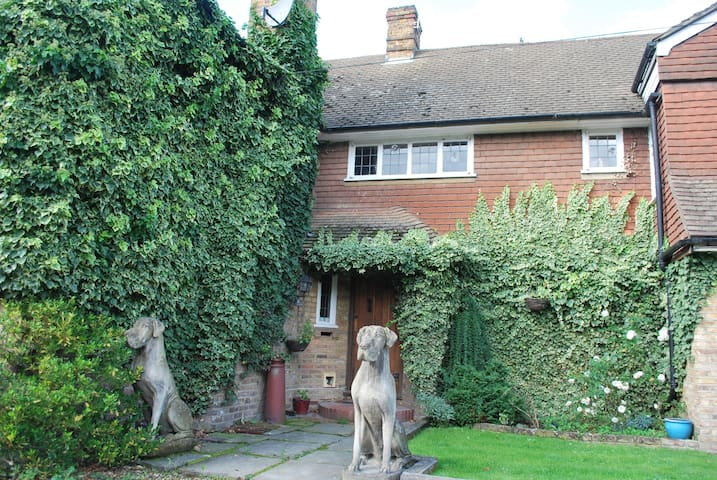 Farmhouse close to London in beautiful grounds