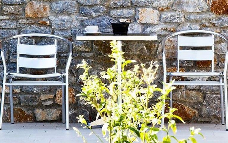 R835 Graceful villa with Garden, Pool & Sea view