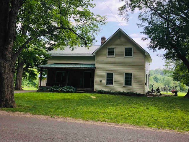 Canton, NY 1860's Farmhouse 15 Min to Universities