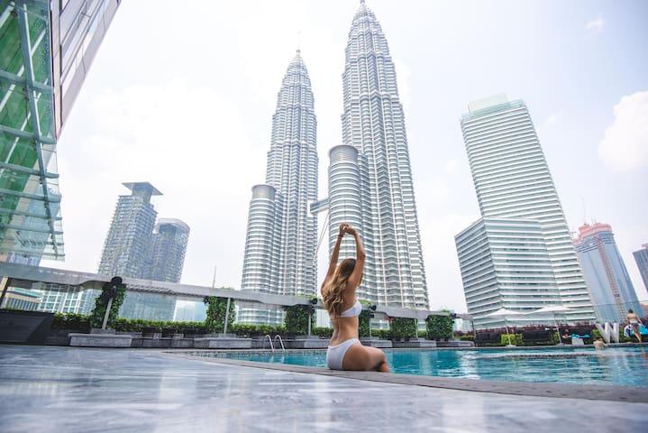 """""""白林套房- 故事系列"""" 超级无边泳池面向吉隆坡双峰塔!1分钟步行到双峰塔"""