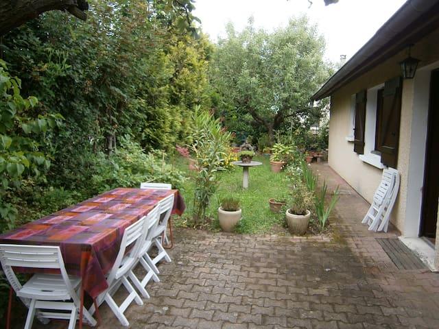 Chambre n°3 avec un grand lit, proche de Lyon - Saint-Genis-Laval - Villa