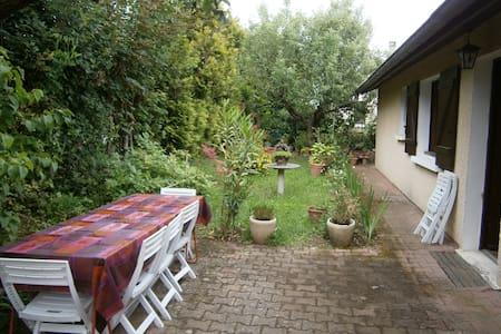 Chambre n°3 avec un grand lit, proche de Lyon - Saint-Genis-Laval - 別荘