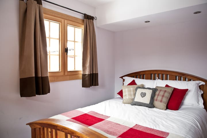 Bedroom 4: Double room (ground floor) with access to a separate shower room with WC