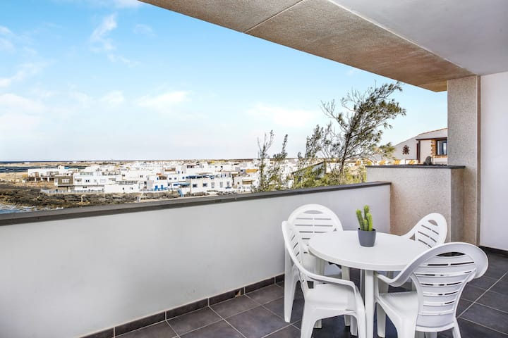 """Charming Apartment """"Apartamento El Muelle Chico 1"""" with Sea View, Wi-Fi, Terrace & Shared Pool"""