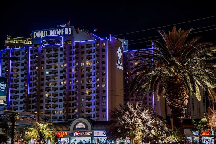 Studio Apartment right on strip *Polo Towers*