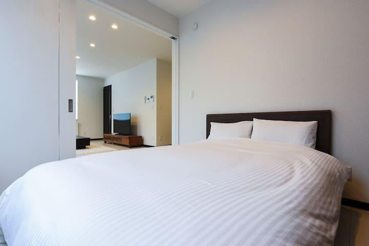 ダブルベッド1台@ベッドルーム Bed room with one double sized bed
