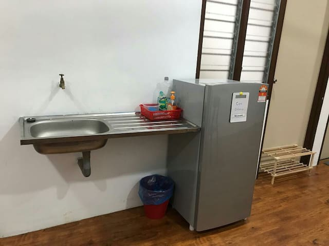 Kitchen area with dishwasher and handwasher provided