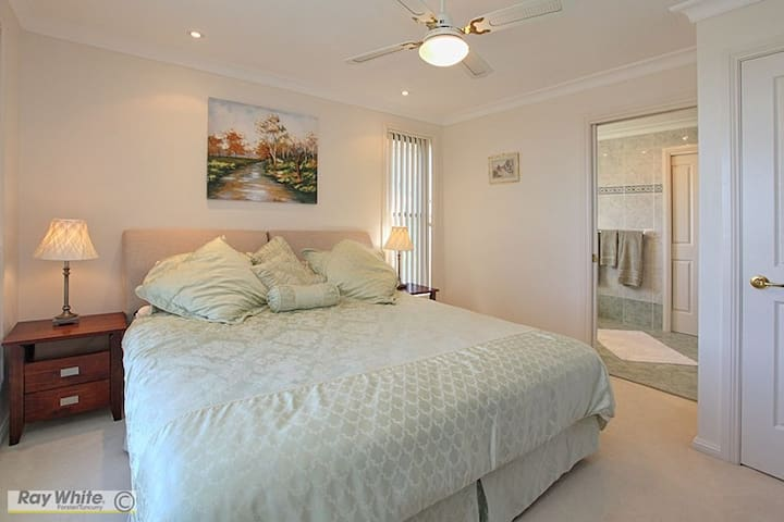 Cape View Manor Bed & Breakfast Accommodation - Tallwoods Village - Bed & Breakfast