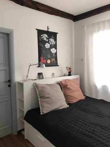 Kleines Schlafzimmer mit Bad