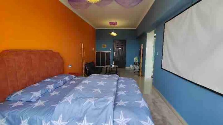 配套齐全投影大床房,给你个温馨的家