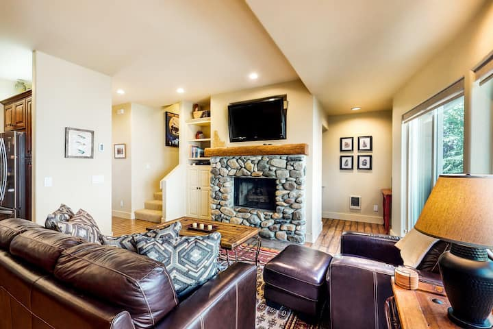 Lovely dog-friendly home w/full kitchen - close to skiing & downtown Ketchum!