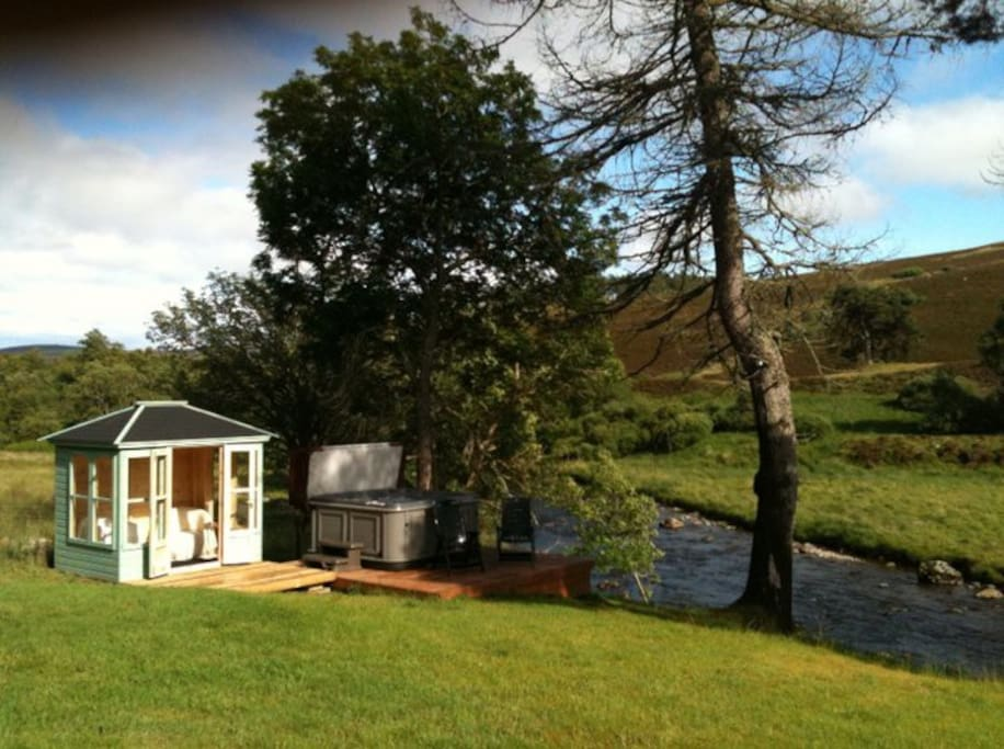 Summer House and hot tub overlooking the River Isla
