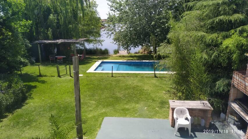 Casa en country con pileta y laguna.