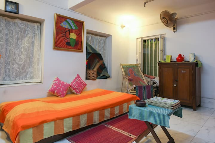 Home Stay At Ekdalia Road, Kolkata for women.