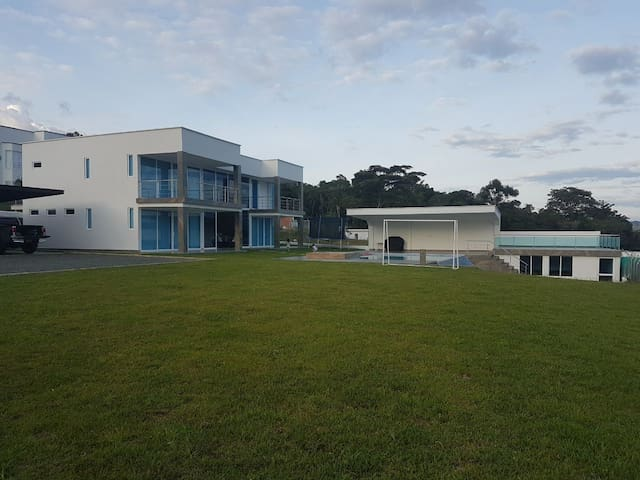 Casa moderna para estrenar en el lago Calima